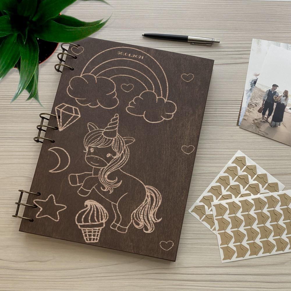 Дерев'яний фотоальбом з гравіюванням Єдиноріг