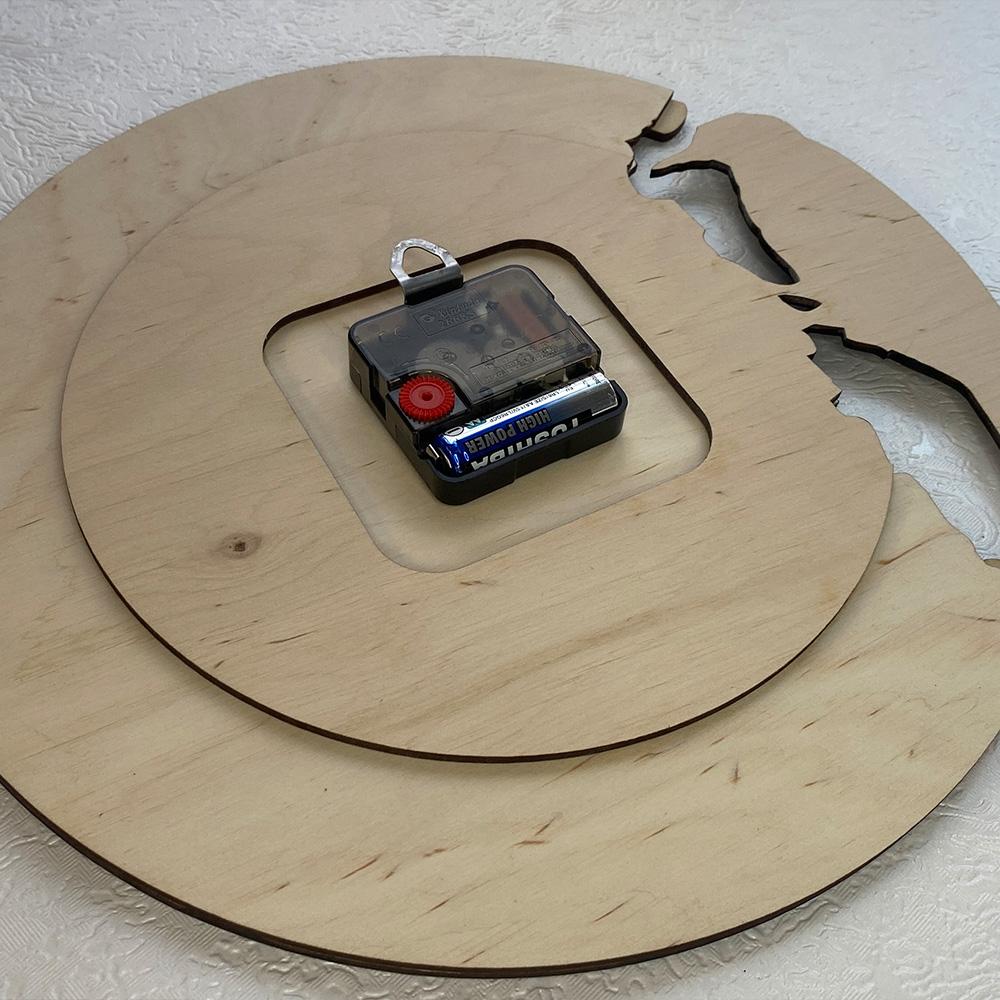 Настінний годинник з дерева Woodpecker